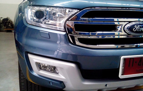 2016-Ford-Endeavour-3-2L-headlight-spied