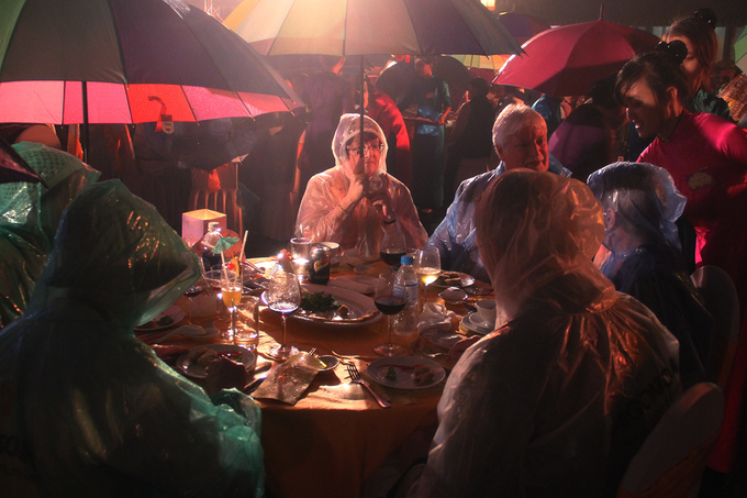Hàng nghìn khách quốc tế đội mưa dự Dạ tiệc Hoàng cung