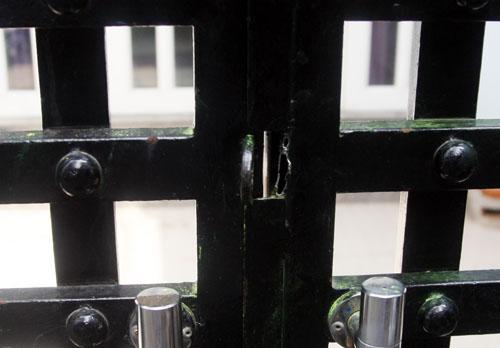 Ổ khóa cổng và cửa phía trong của căn nhà bị bọn trộm cắt. Ảnh: An Nhơn