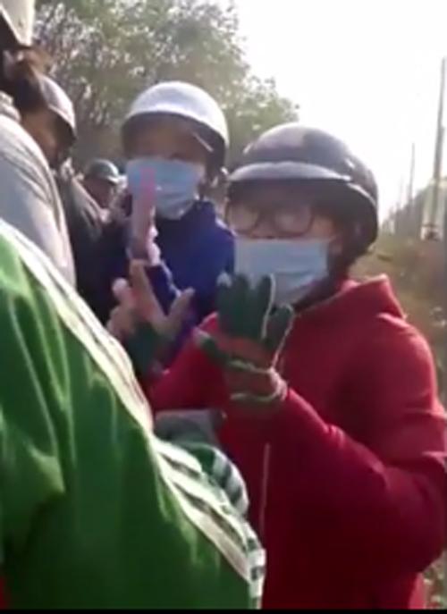 co gai 4177 1426590691 Video 2 cô gái khóc vì bị người lạ chặn đường gây chú ý nhất cộng đồng