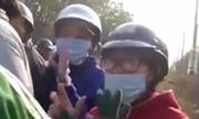 Người đàn ông lạ mặt chặn xe hai cô gái bị dân ngăn cản
