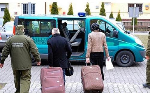 vpjnwife in a suitcase 3234517 9287 3678 1426582357 Chồng giấu vợ trong vali để du lịch khắp châu Âu