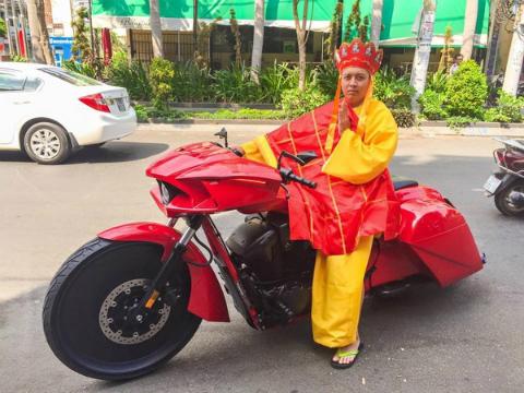 'Đường Tăng' cưỡi môtô khủng giữa Sài Gòn