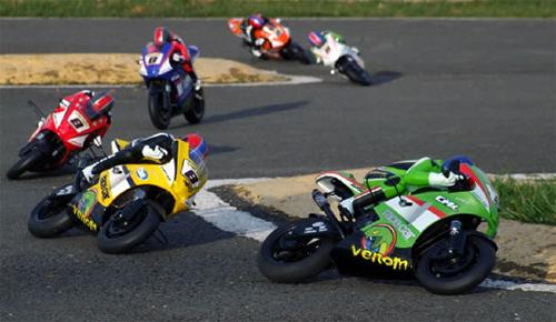 Môtô điều khiển từ xa trong một cuộc đua.