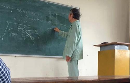 11071725 905957386121893 67477 7819 9768 1427248563 Thầy giáo trốn viện mặc áo bệnh nhân đi dạy học