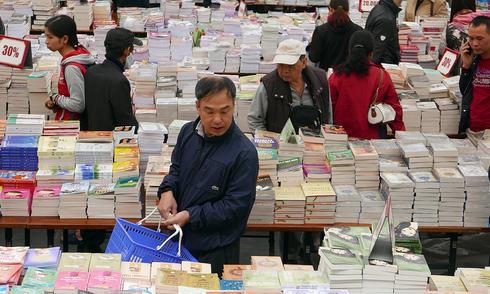 Sách giá 2.000 đồng thu hút bạn đọc Hội sách Xuân