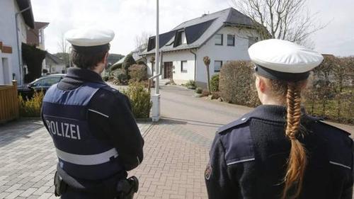 Cảnh sát trước ngôi nhà được cho là của Adreas tạiMontabaur, phía tây Đức. Ảnh: AP