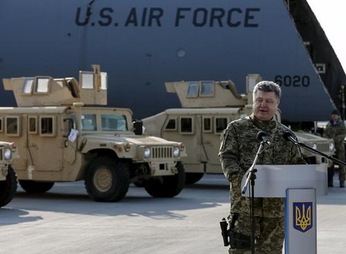 """Tổng thống Ukraine Petro Poroshenko hôm qua tiếp nhận lô 10 xe bọc thép Humvee đầu tiên từ Mỹ, hai ngày sau khi giới lập pháp Washington kêu gọi Tổng thống Barack Obama viện trợ """"sát thương"""" cho Kiev."""