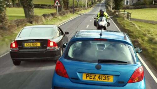 Không quan sát cẩn thận trước khi vượt xe cùng chiều, ôtô màu xanh gây tai nạn. Ảnh từ video.