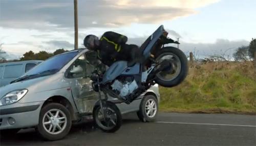 Rẽ bất cẩn, ôtô khiến xe máy gặp nạn. Ảnh từ video.