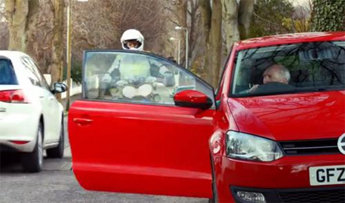 Mở cửa ôtôkhông nhìn gương chiếu hậu là một trong những nguyên nhân gây tai nạn nghiêm trọng với người đi xe máy. Ảnh từ video.