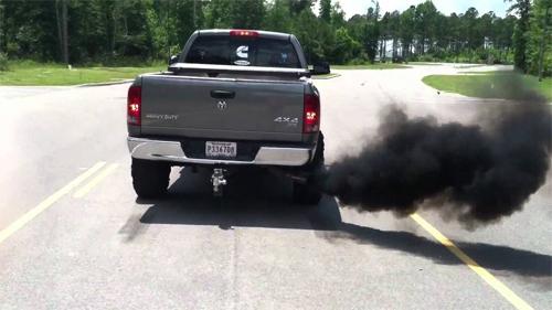 Những chiếc pick-up xả khói đen có thể bị phạt 5.000 USD nếu luật mới ban hành.