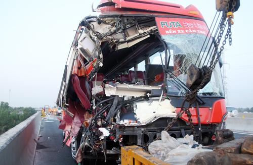 Xe khách Phương Trang biến dạng sau cú đâm mạnh vào hai xe tải. Ảnh: An Nhơn