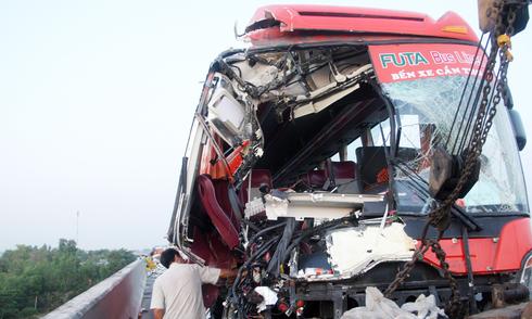 Ôtô khách lao vào hai xe tải trên cao tốc, 10 người gặp nạn