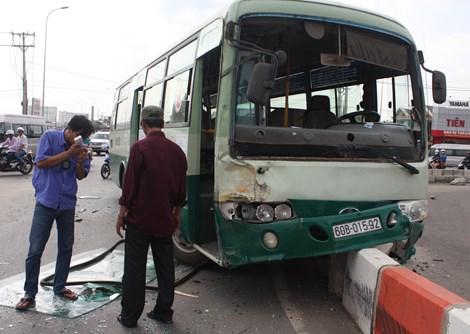 Sau khi tông xe khách, xe buýt lao lên dãy phân cách vòng xoay mới chịu dừng lại. Ảnh: Hoàng Trường