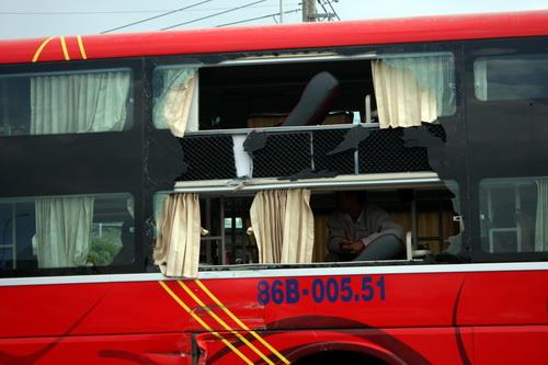 Xe khách giường nằm bị hư hỏng nặng ở bên hông. Ảnh: Hoàng Trường