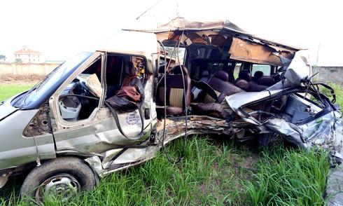 Hiện trường hai xe khách đấu đầu nhau làm 5 người chết ở Hà Nội
