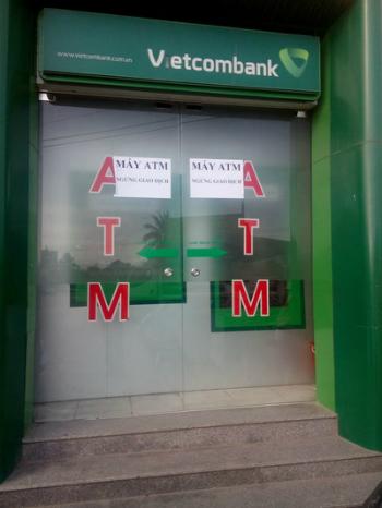 Một trong 2 trụ ATM bị trộm lấy tiền. Ảnh: Bình Minh