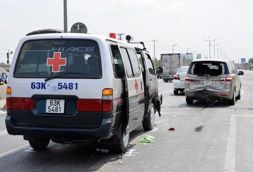 Hiện trường xe cứu thương húc vào hai ô tô dừng đèn đỏ ở đường dẫn cao tốc Ảnh: An Nhơn