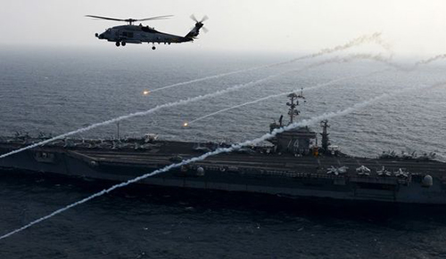 Một trực thăngMH-60R Sea Hawk phóng pháo sáng dọc tàu sân bayUSS John C. Stennis. Ảnh: US Navy