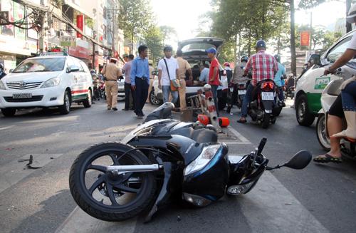 Chiếc xe máy tay ga của người phụ nữ nằm giữa đường. Ảnh: An Nhơn