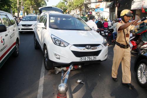 Chiếc ôtô Hyundai cỡi lên dải phân cách. Ảnh: An Nhơn