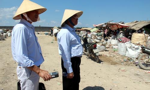Cục trưởng Vương Hữu Tấn dẫn đầu đoàn tìm kiếm tại bãi rác được cho đã từng xuất hiện thiết bị chứa phóng xã. Ảnh: Hoàng Trường