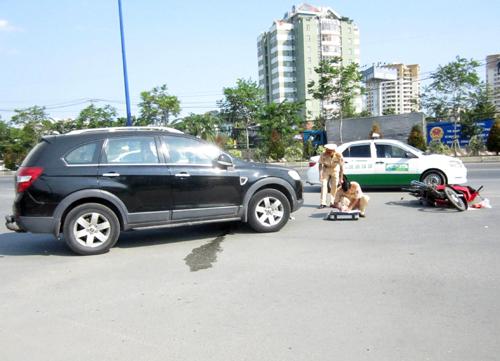 Cảnh sát giao thông xử lý hiện trường vụ tai nạn. Ảnh: An Nhơn
