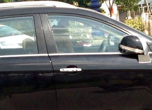 Nữ tài xế ngồi trên ôtô suốt một giờ sau vụ tai nạn. Ảnh: An Nhơn