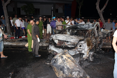 Hiện trường vụ tai nạn khiến nam thanh niên chết cháy trong xe ô tô. Ảnh: Xuân Mai