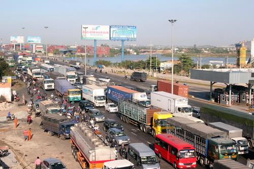 Kẹt xe trầm trọng trong ngày đầu thu phí cầu Đồng Nai. Ảnh: Hoàng Trường