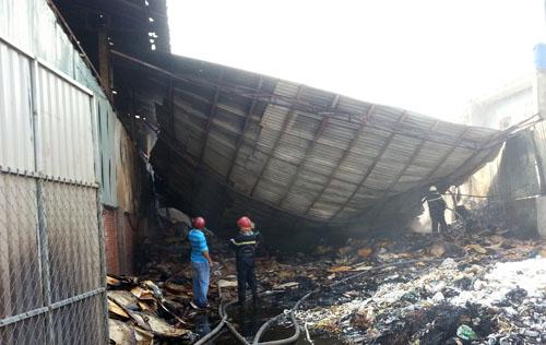 Vựa phế liệu bị sập đổ và cháy rụi. Ảnh: An Nhơn