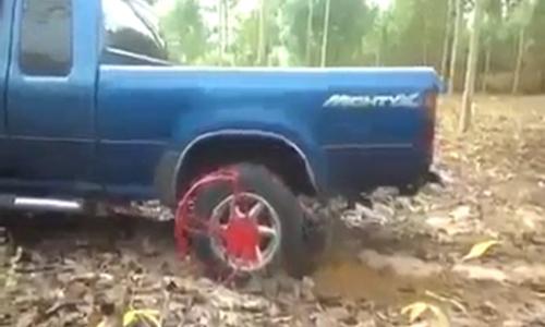 Những cách đặc biệt cứu ôtô bị sa lầy 2