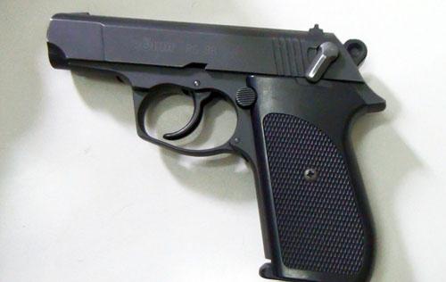 Khẩu súng cao su mà ông Hòa dọa bắn nữ nhân viên điều hành. Ảnh: An Nhơn