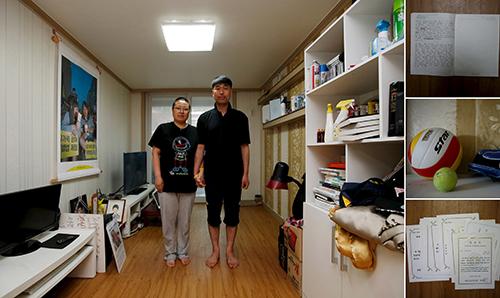 Bố mẹ củaDong-hyuk trong căn phòng của con trai. Ảnh: Reuters