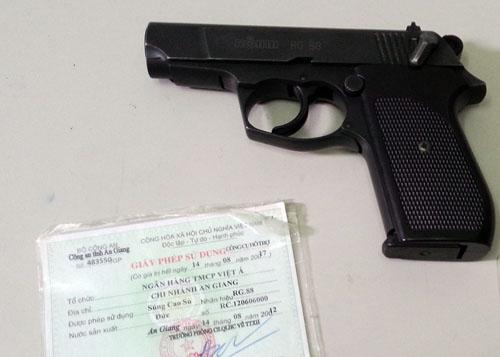 Khẩu súng cao su mà Phó tổng giám đốc sử dụng và giấy phép sử dụng. Ảnh: An Nhơn