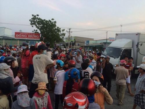 Hàng nghìn người dân tràn ra quốc lộ chặn xe. Ảnh: Hải Lê