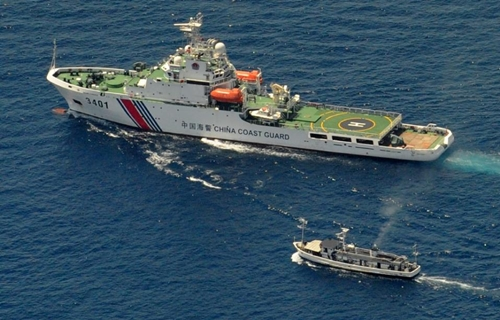 A China Coast Guard ship (top) and a Philippine supply boat engage in a stand off near the Second Thomas Shoal -- a remote reef in the South China Sea claimed by both countries -- on March 29, 2014 (AFP Photo/Jay Directo)