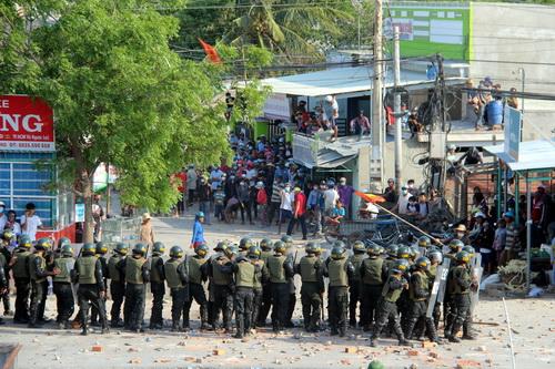 Lực lượng cảnh sát cơ động dùng đạn pháo, lựu đạn hơi cay để trấn áp người dân cho thông tuyến quốc looj1 chiều 15/4. Ảnh: Hoàng Trường