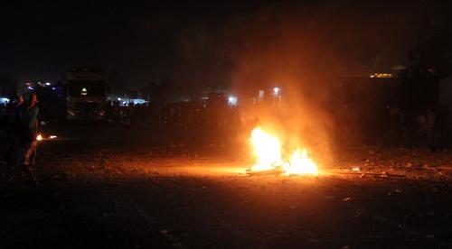 Người dân nhiều lần tấn công ngược trở lại để 'tái chiếm' quốc lộ 1. Ảnh: Hoàng Trường