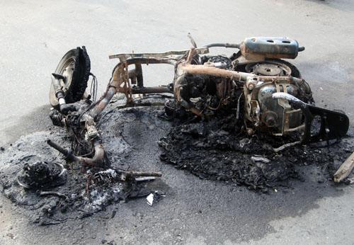 Xe Attila cháy trơ khung nằm giữa đường. Ảnh: An Nhơn
