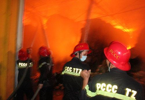 Cảnh sát chữa cháy TP HCM đang nỗ lực dập tắt đám cháy. Ảnh: An Nhơn