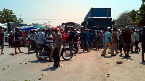 Diễn biến vụ ô nhiễm bụi xỉ : Người dân tạo tường lửa, tiếp tục chặn quốc lộ 1A
