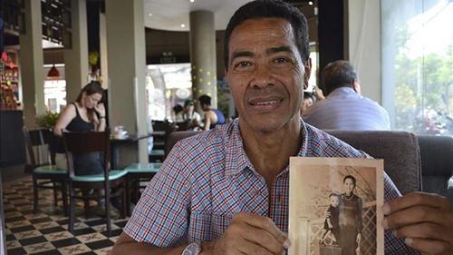 ÔngRené và bức ảnh chụp cùng mẹ. Ảnh: