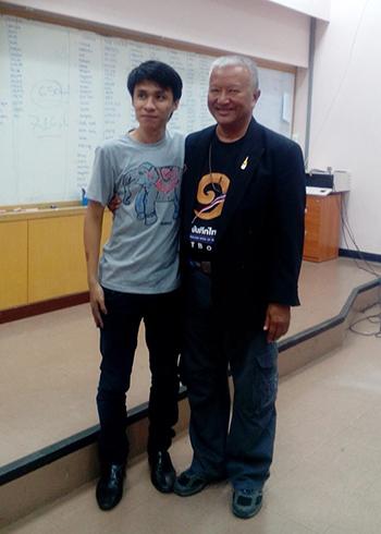 Anh Vũ và ông Tanya Phonanan, chủ tịch tổ chức Sách kỷ lục Thái Lan. Ảnh: NVCC