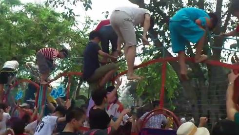 Rách quần áo vì trèo rào để được tắm miễn phí ở Hà Nội