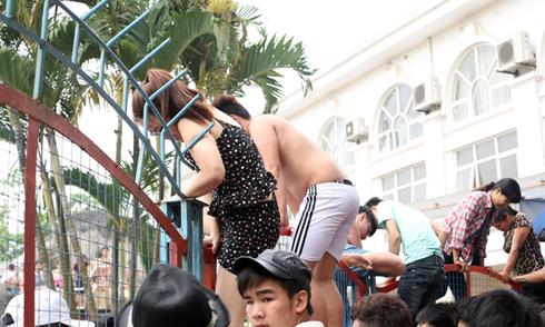 Đua nhau trèo rào vào công viên tắm miễn phí