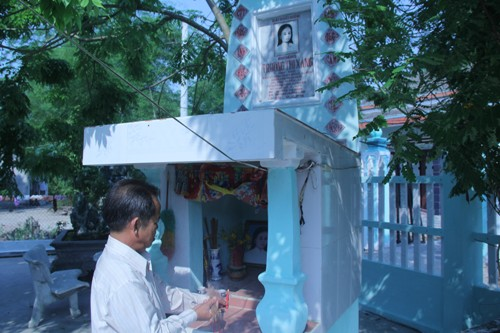 Năm 2007, ông Lâm cùng người dân trong thôn lập đài tưởng niệm để tưởng nhớ sự kiện ngày 23/2/1965. Ảnh: Tiến Hùng.