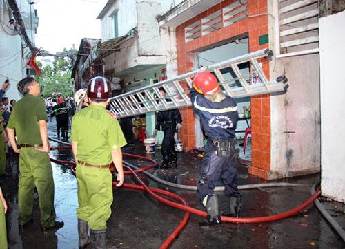 Cảnh sát dập tắt đám cháy ở hẻm Trần Văn Đang, quận 3. Ảnh: An Nhơn