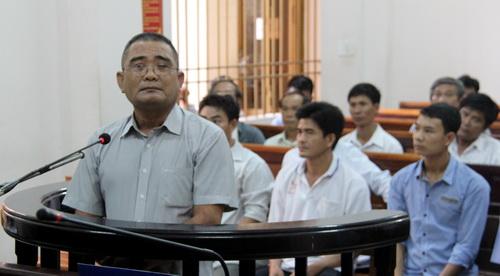 Bị cáo Châu một mực kêu oan khi cho rằng mình không cản trở giao thông đường sắt trong vụ án. Ảnh: Hoàng Trường